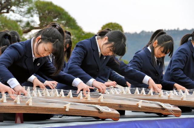 琴の演奏を披露する土浦二高の箏曲(そうきょく)部=水戸市