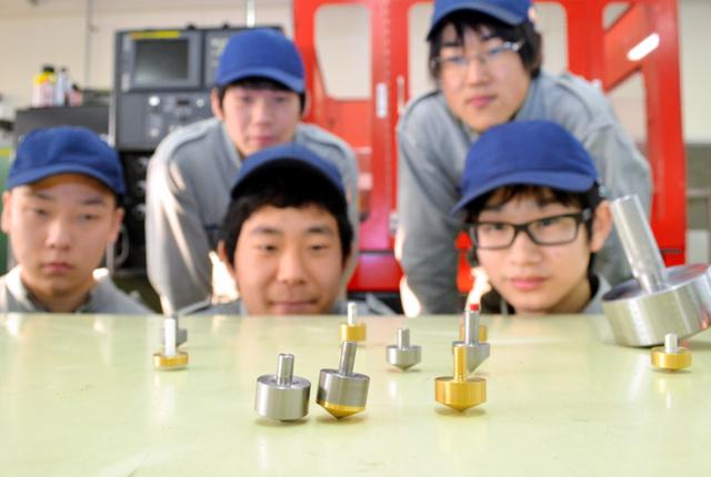 生徒らが製作したコマの数々。「全日本製造業コマ大戦」に向け、試行錯誤している=奈良市柏木町