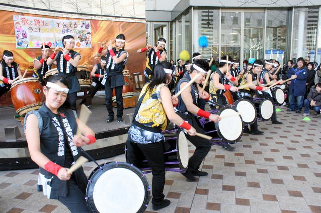 チャリティーコンサートで演奏する和太鼓部員ら=高槻市芥川町1丁目