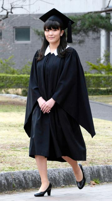 卒業式のため国際基督教大に到着した秋篠宮家の長女眞子さま=26日午前7時41分、東京都三鷹市、代表撮影