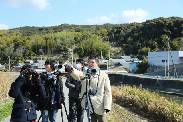 野鳥を観察する清水理教諭(右)と生徒たち。種類や数を記録していく=和歌山県御坊市、伊藤菜々子撮影