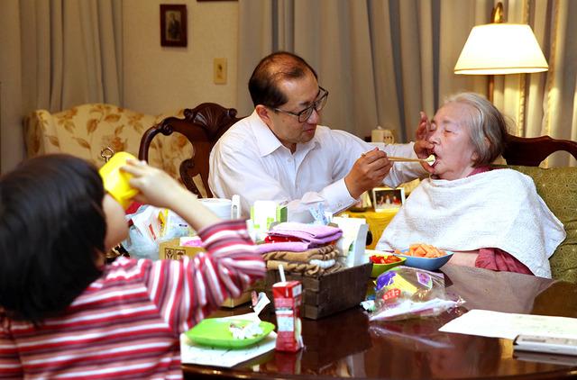 パンのほかに刻んだトマトや果物なども準備、母の口に運ぶ。4歳の長男はジュースを飲んだり、遊んだり=神奈川県鎌倉市、池永牧子撮影