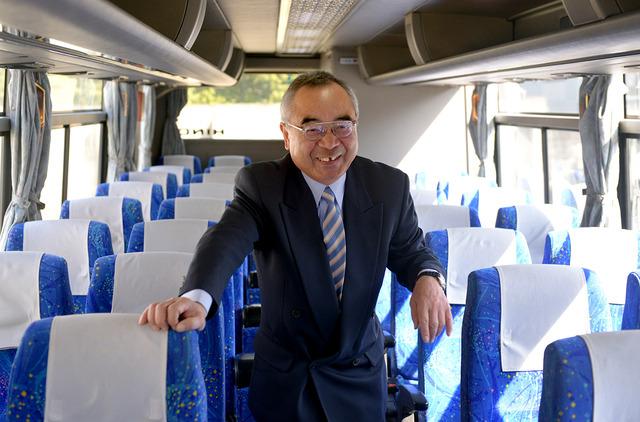 トイレつきバスを点検する富田秀信さん=京都市、小玉重隆撮影