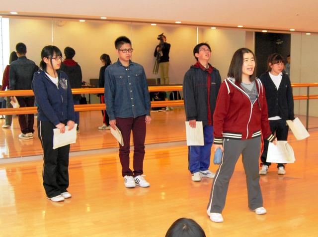 総文祭開会式で披露する演劇の初稽古をする高校生=つくば市の「つくばカピオ」