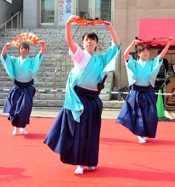 息の合った踊りを披露する「吟詠剣詩舞」のチーム=つくば市吾妻1丁目