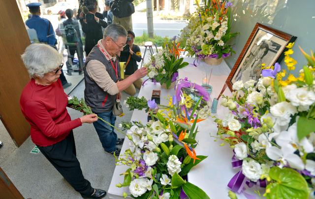 阪神支局に設けられた祭壇で、小尻記者の遺影に花を供える人たち=3日午前9時14分、兵庫県西宮市、水野義則撮影