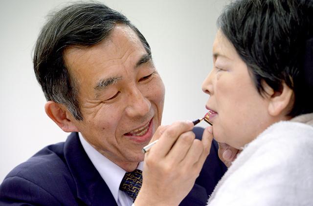約10年、働きながら妻の介護を続ける外山努さん(左)。連載2回目で紹介した。おしゃれだった妻にフルメークをするのが出勤前の日課だ=大阪府、小玉重隆撮影