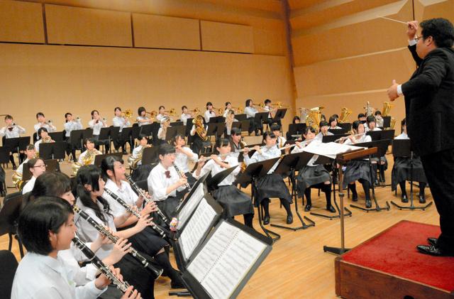 息のあった演奏を披露する県高校選抜吹奏楽団のメンバー=彦根市のひこね市文化プラザ