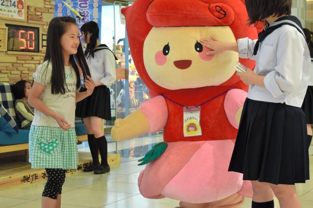 総文祭のPRには水戸市内の高校生やマスコットキャラクターのふれあちゃんが参加した=水戸京成百貨店