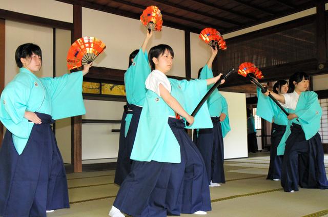 「水府武士」を舞う女子生徒たち=水戸市の弘道館