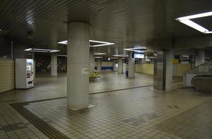 人気のない東成田駅(初代成田空港駅)の改札口前コンコース=千葉県成田市古込