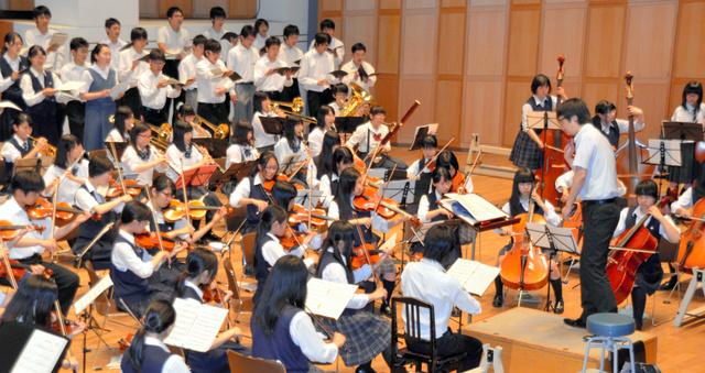 弦楽、吹奏楽、合唱の約150人が合同練習に励んだ=つくば市のノバホール