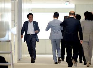 都議会自民党の議員総会後、議会棟内を歩く鈴木章浩都議(左端)