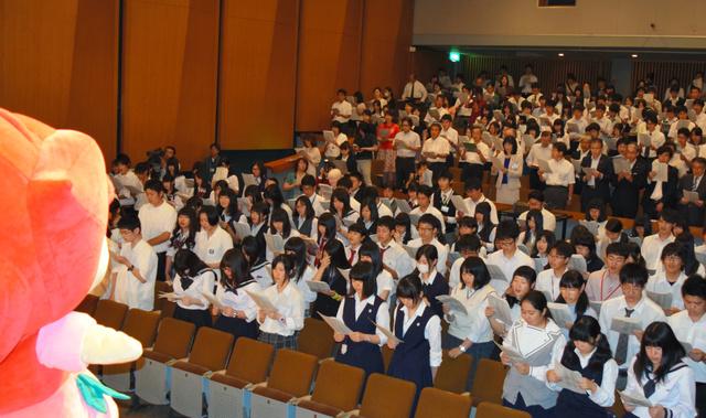 壮行会で大会イメージソング「未来(そら)へと続く道」を合唱する生徒ら=水戸市の県民文化センター