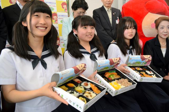 考案したメニューを採り入れた弁当を持つ高校生たち=県庁
