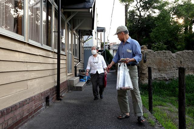 夕方、自宅から歩いて書道教室に向かう岩本純子さん(左)と守道さん=大阪市、池永牧子撮影