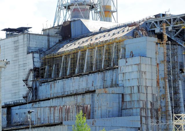 チェルノブイリの「石棺」。事故を起こした原発をコンクリートで覆った構造物で、近年はかなり近くまで寄れる=2013年