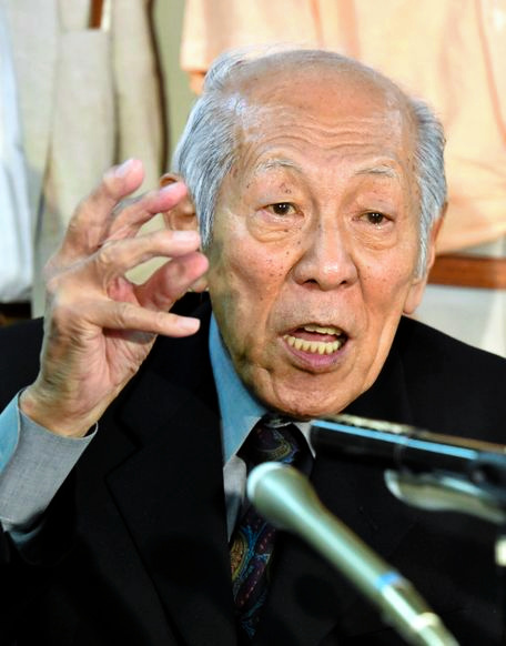 Takichi Nishiyama, a former Mainichi Shimbun reporter, criticizes the Supreme Court ruling on July 14 concerning secret documents related to the return of Okinawa to Japan. (Takuya Isayama)◇判決を受け、会見する西山太吉さん=14日、諫山卓弥撮影