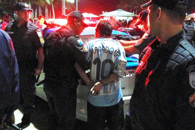 サッカーワールドカップの決勝戦があったブラジルのリオデジャネイロで13日、ドイツ人サポーターともめ事を起こし、警察に拘束されたアルゼンチンサポーター=小山謙太郎撮影