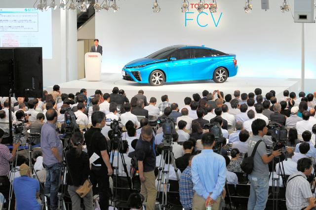 燃料に水素を使う新型エコカーの発表会