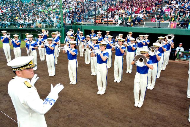 全国高校野球選手権茨城大会の開会式で演奏する大洗のマーチングバンド部。1989年から毎年、入場行進の演奏などをしている=水戸市、角詠之撮影