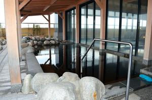 北海道の空を眺めながら、ゆっくりとつかれる露天風呂=北海道千歳市の新千歳空港ターミナルビル