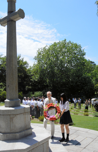 英連邦戦没捕虜追悼礼拝では横浜商の高校生らも献花に参加した=横浜市保土ケ谷区