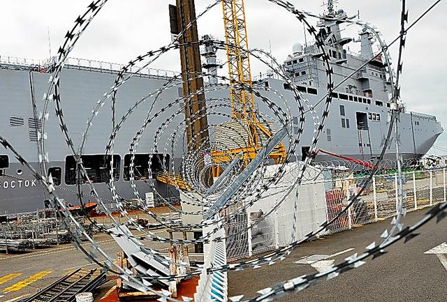 ロシアに引き渡されるヘリコプター空母「ウラジオストク」。停泊地を囲むフェンスには有刺鉄線が張られていた=7月15日、仏サンナゼール、イザベル・コントレーラス撮影
