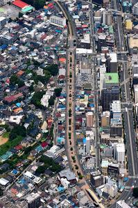 線路跡に作られた緑道が東白楽駅から続く。下が反町駅方面=横浜市神奈川区、朝日新聞社ヘリから、諫山卓弥撮影