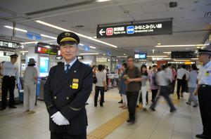 横浜駅正面改札前に立つ毛内定夫駅長=横浜市西区