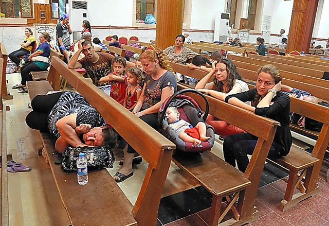 イラク北部のアルビルの教会には7日、多くのキリスト教徒が避難していた。6日夜に村が過激派組織に襲撃されたという=AP