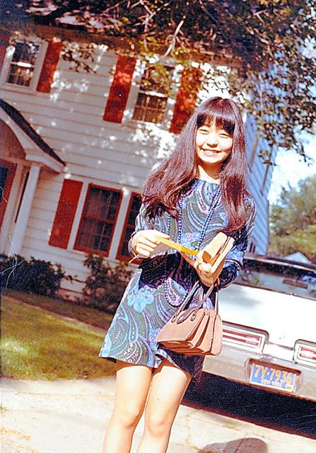 20歳のころ、アメリカ・ロングアイランドの自宅前で=本人提供