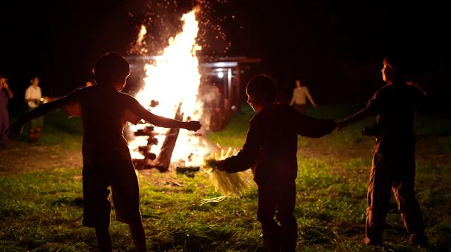 佐伯農場では40年以上前から毎夏、都会の子どもたちが野外体験をする「むそう村」に協力している。恒例のキャンプファイアの炎は平和な時代の象徴だ=北海道中標津町