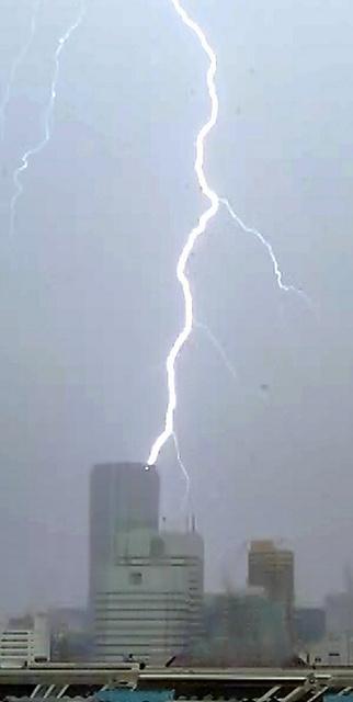 7月27日午後、東京都内では雷を伴う強い雨が降った=東京・築地から、瀬戸口翼撮影