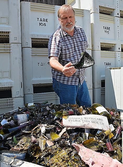 「セインツベリー」の共同創業者、グレーブスさんが年代ごとに保存してい�
