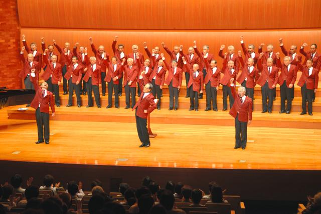 元気いっぱいに歌う「としとらーズ」=福岡市中央区