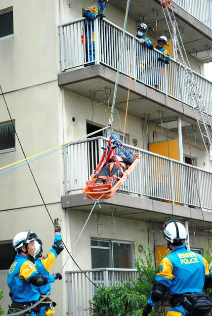 アパート3階に取り残された人の救助訓練をする愛知県警機動隊員で構成する特別救助班=1日午前11時8分、名古屋市西区