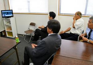 写真・図版 山口俊一衆院議員の初入閣を伝えるテレビを地元事務所で見守る後援会幹部ら=... 徳島