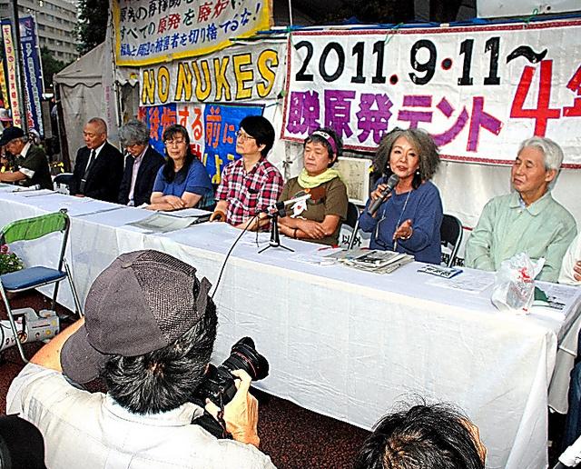 集会前、テントの前で記者会見する落合恵子さん(右から2人目)ら支援者たち=11日、東京・霞が関