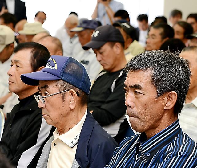 東京電力と政府の担当者らに、厳しい視線を向ける漁業者ら=18日、福島県いわき市