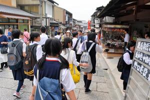 京都を訪れる修学旅行生の数は、回復傾向にある=京都市東山区