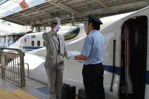 JR東海、西日本の両運転士による引き継ぎは、新大阪駅ホームではおなじみの光景だ