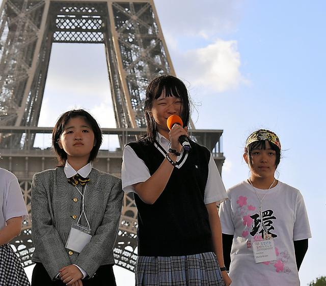 エッフェル塔前で原発への思いを話した遠藤安春花さん(中央)