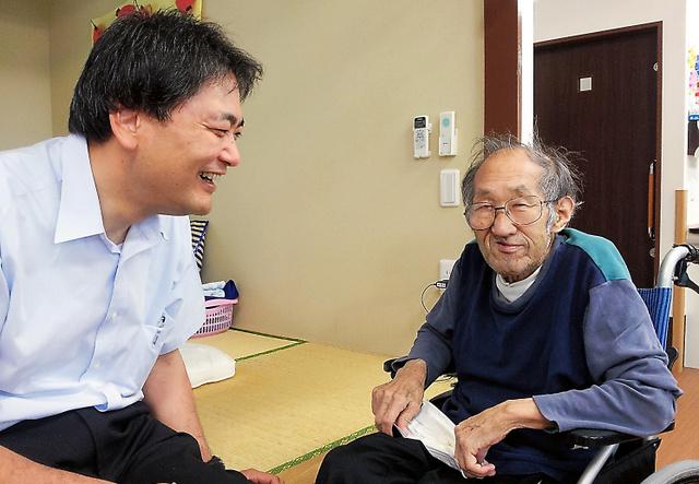 行方不明の母を捜す芹沢史季さん(左)と、身元がわからないままの「前田忠夫」さん(右)=静岡県富士市