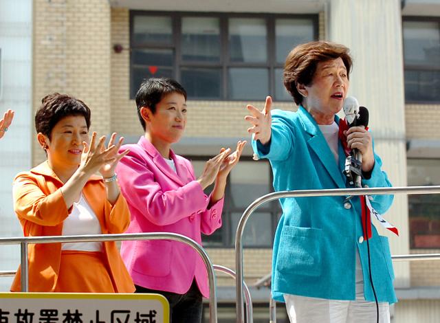 2005年の総選挙で社民党への支持を訴える土井たか子氏。そばに立つのは辻元清美氏(中央)と当時の党首の福島瑞穂氏=大阪市
