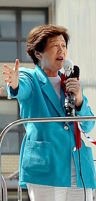 2005年の総選挙で社民党への支持を訴える土井たか子さん=大阪市