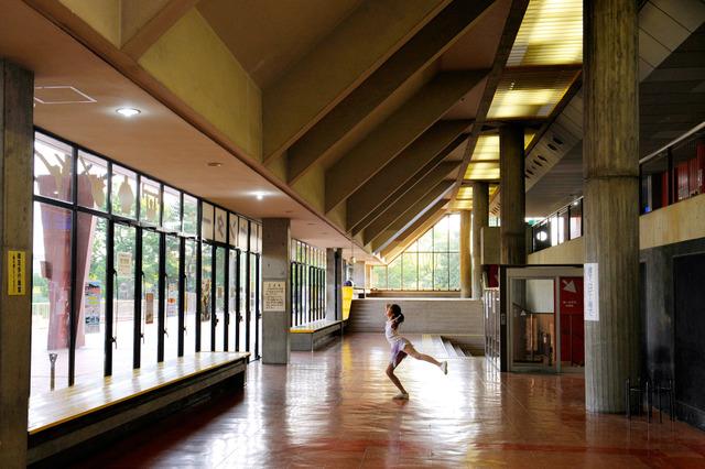 全面ガラス張りで開放感のある廊下。フィギュアスケートを習う女の子はアップに余念がない=大阪府高石市、滝沢美穂子撮影