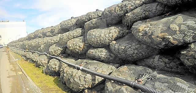 福島第一原発の海側に築かれた仮設防潮堤=2011年11月