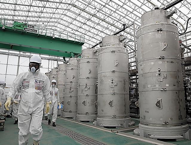 汚染水からストロンチウムなどの放射性物質を除去する改良型の多核種除去設備ALPS=16日、福島県大熊町、代表撮影
