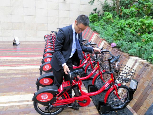 赤の電動アシスト自転車が並ぶ ...